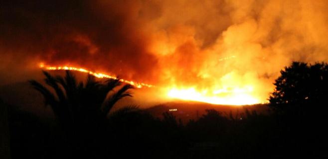 2 brigadas y 1 agente medioambiental siguen refrescando el incendio de Artà
