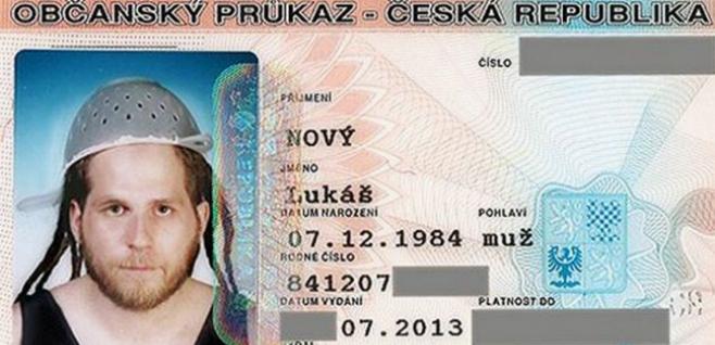 Un checo consigue aparecer en su DNI con un colador