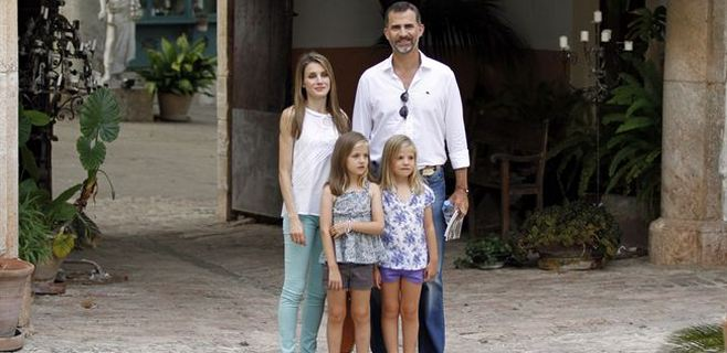 Los Príncipes de Asturias visitan La Granja con sus hijas