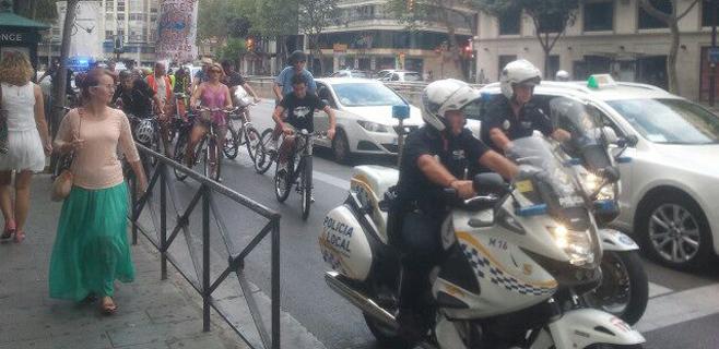 Medio cetenar de ciclistas se manifiestan en favor del carril bici