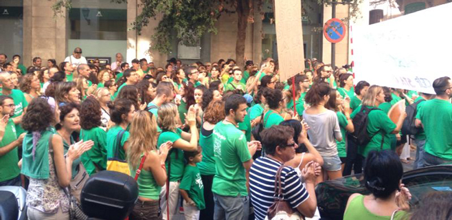 Más de 2.000 personas se manifiestan frente a las puertas del Parlament