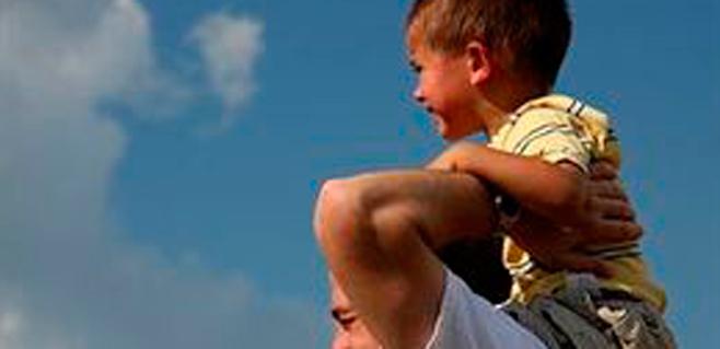 Hombres con testículos pequeños cuidan mejor de sus hijos
