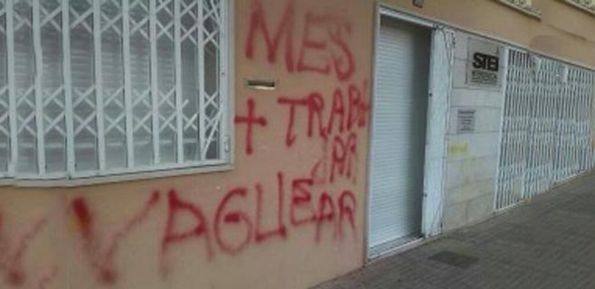 Aparecen pintadas contra la huelga de docentes en la sede del sindicato STE-i