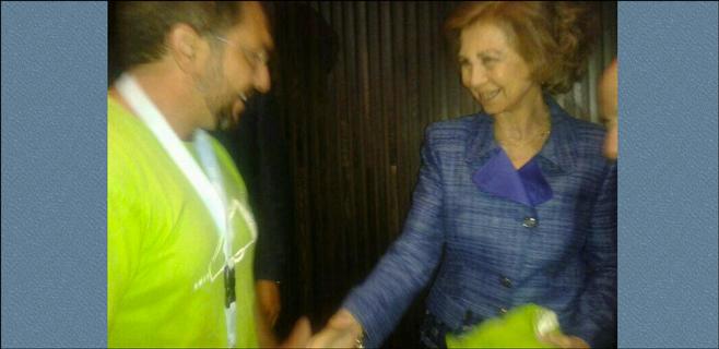 La Reina recibe su camiseta verde