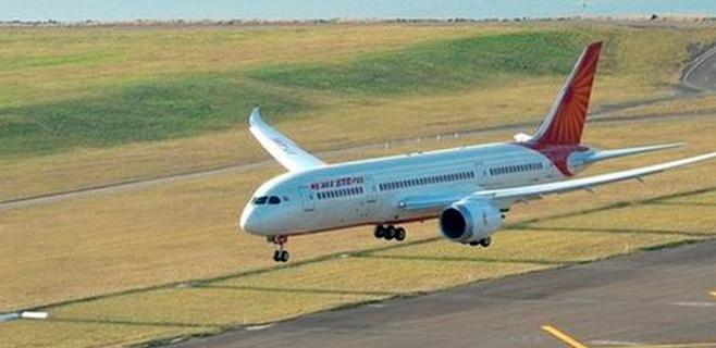 Un avión pierde el panel de fuselaje en pleno vuelo
