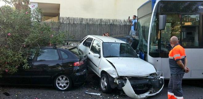 Un autobús embiste a cinco coches