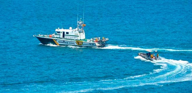 Rescatados ilesos dos tripulantes tras incendiarse su lancha