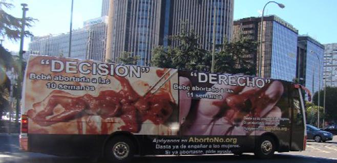 Un autobús con fotos de fetos recorre Madrid