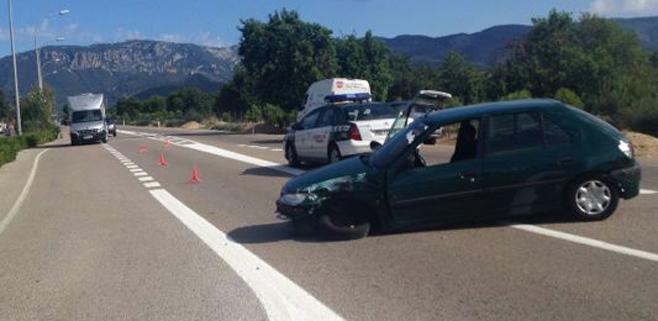 Un herido por choque frontal entre un camión y un turismo en Palmanyola