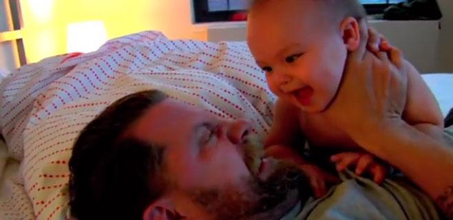 Un hombre incendia la Red con sus técnicas para manejar a su bebé
