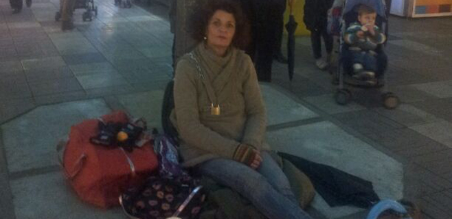 Encadenada en la Plaza Mayor porque se ha quedado en la calle