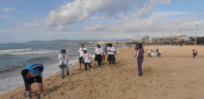 Decenas de voluntarios ayudan a limpiar de residuos la Platja de Palma