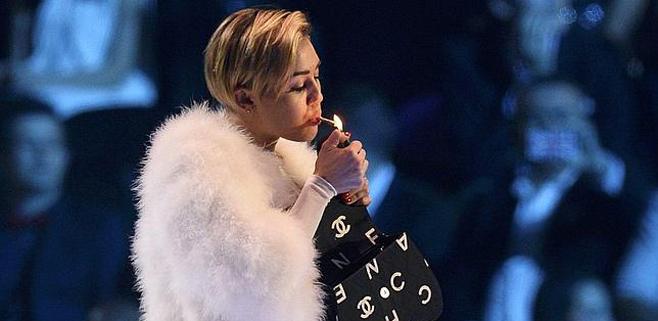 Miley Cyrus se enciende un porro sobre el escenario