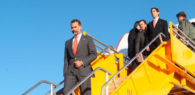 El Príncipe suspende su viaje por una avería en su avión