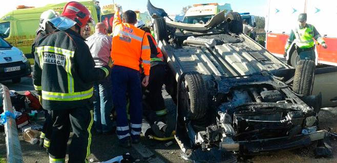 Espectacular accidente de tráfico con dos personas atrapadas en el coche