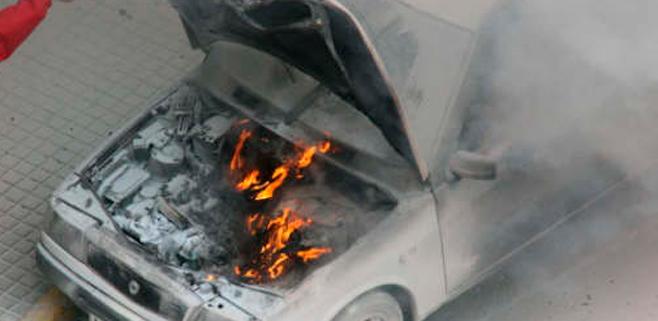 Fallece al arder el coche en el que dormía