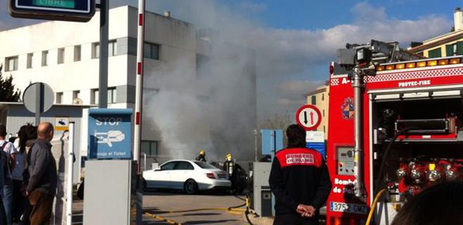 Se queman dos coches en el párking de una clínica