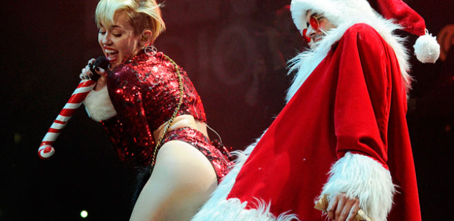 Miley Cyrus calienta a Santa Claus