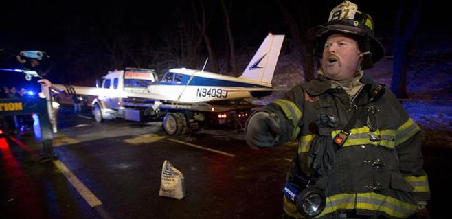 Una avioneta aterriza de urgencia en una autovía