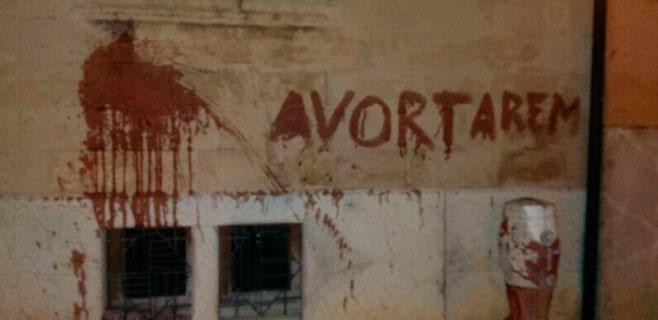 Pintadas pro-aborto en la sede del Bisbat