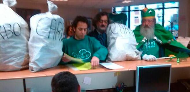 Los docentes regalan carbón a Camps