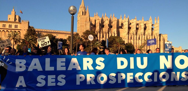 5.000 personas marchan contra los sondeos bajo el lema Balears diu no