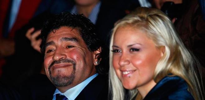 Maradona pide a la INTERPOL que capture a su exnovia