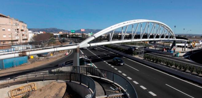 El Consell instala el arco central de la pasarela de peatones del