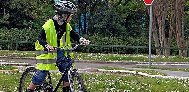 Apoyo absoluto al uso del casco para los menores que van en bicicleta