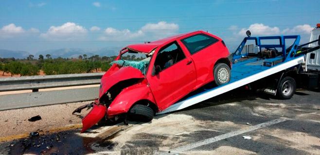 En estado crítico un joven tras un choque entre coches frente a Alcampo