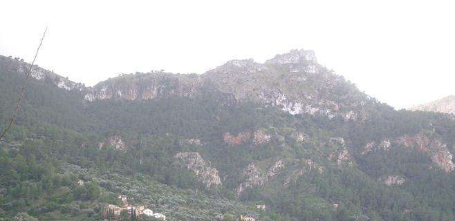 Bomberos buscan a un excursionista perdido desde anoche en la Serra