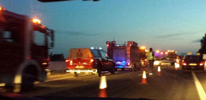 Cuatro heridos en una grave colisión entre dos coches frente a Alcampo