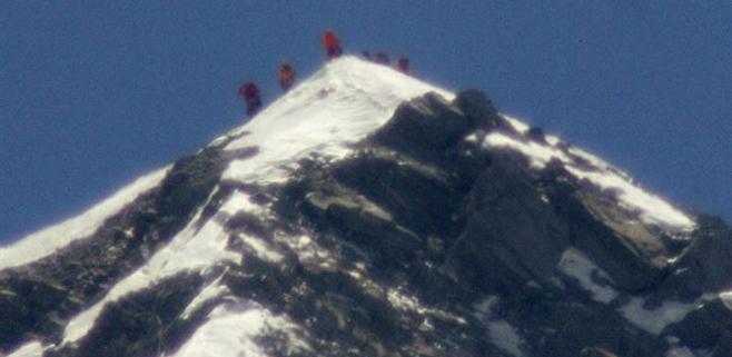 12 muertos en un alud en el Everest