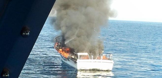 Una embarcación se incendia a pocas millas del islote de El Toro en Calvià