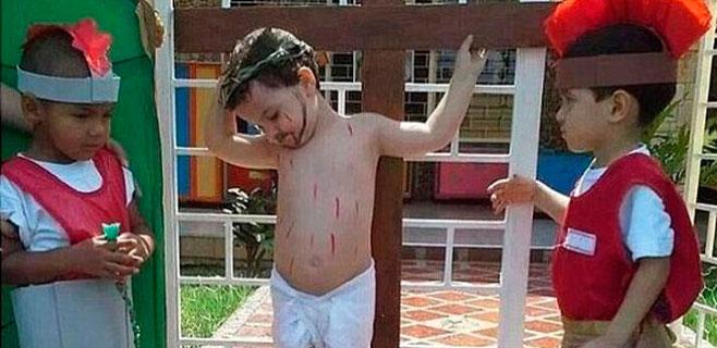 Un niño 'crucificado' protagoniza el último viral en internet