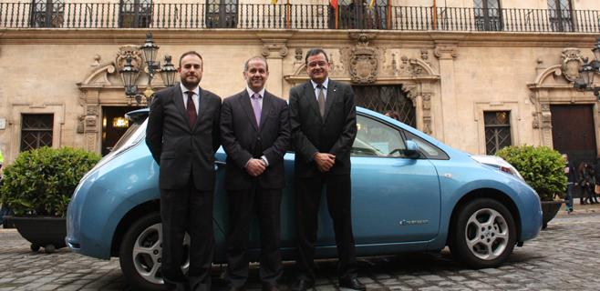 Nissan cede un coche eléctrico a Cort