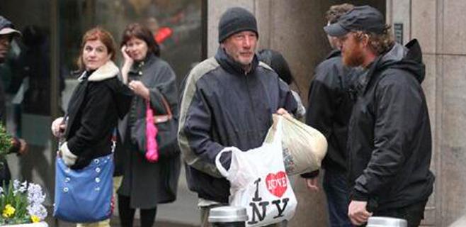 Confunde a Richard Gere con un vagabundo y le ofrece comida