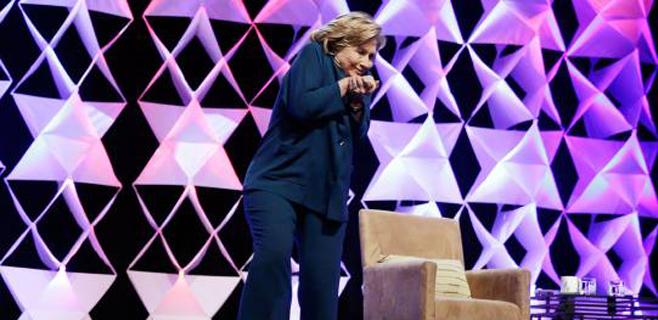 Una mujer le lanza un zapato a Hillary Clinton