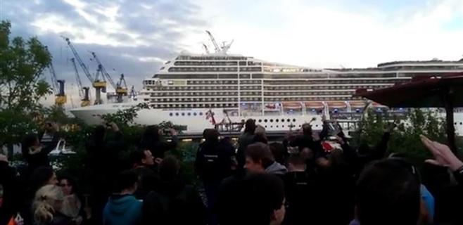 Un crucero interpreta