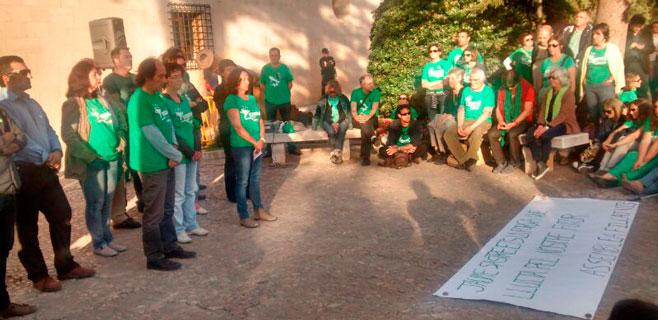Docentes y sindicatos guardan silencio frente al Consolat reclamando diálogo