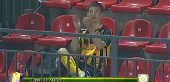 Un jugador celebra su propio gol desde la grada