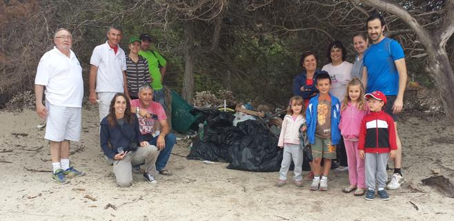 Jornada de limpieza de playas en la Colònia de Sant Jordi