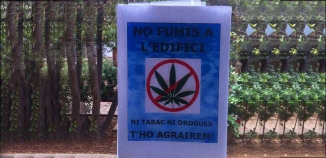 La UIB prohibe fumar porros con carteles