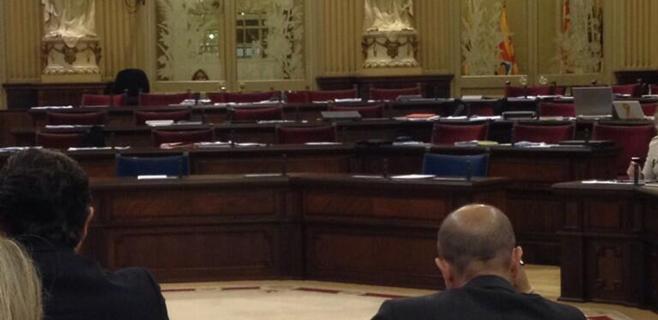 La oposición abandona el pleno como queja por las