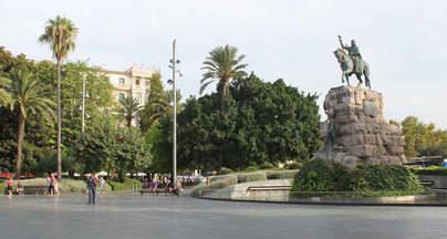 Un joven apuñala a otro en la Plaza de Espanya por una supuesta infidelidad