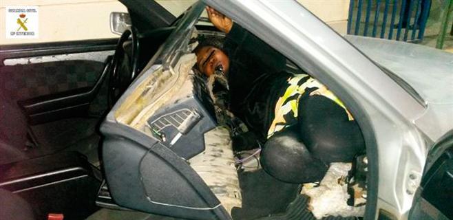 Una mujer aparece escondida en el salpicadero del coche