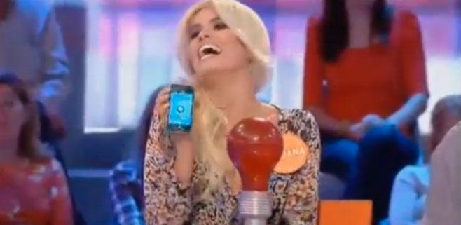 Adriana Abenia hace trampas con el móvil en