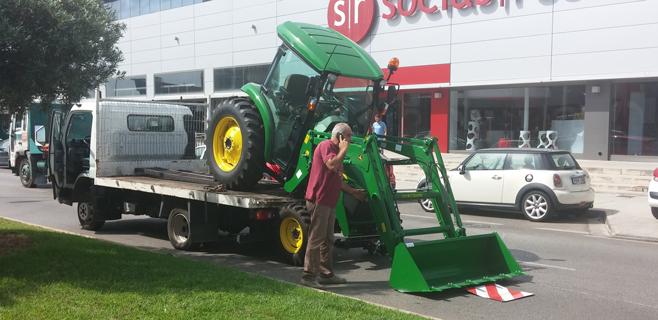 Un camión pierde una excavadora en plena Via Asima