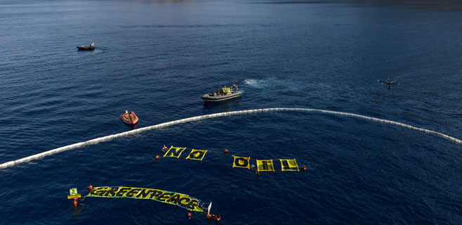Greenpeace despliega una barrera de contención de petróleo en Eivissa