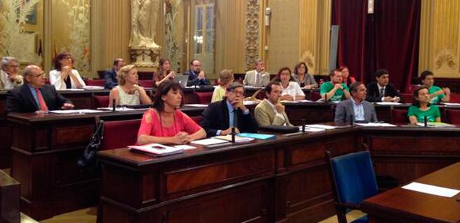 La oposición pide a Bauzá al inicio del pleno que dialogue con los docentes